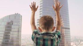 Niño pequeño en el fondo con los rascacielos almacen de video