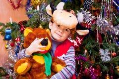 Niño pequeño en el juego del toro-becerro Imagenes de archivo
