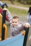 Niño pequeño en el patio imagenes de archivo