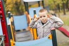 Niño pequeño en el patio fotografía de archivo libre de regalías