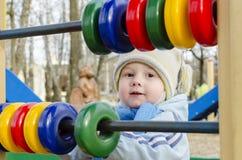 Niño pequeño en el patio Imagen de archivo libre de regalías