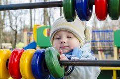Niño pequeño en el patio Foto de archivo