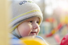 Niño pequeño en el patio Fotos de archivo