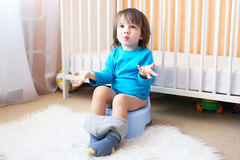 Niño pequeño en el potty Foto de archivo libre de regalías