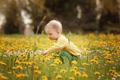 Niño pequeño en el prado de la primavera Fotografía de archivo libre de regalías
