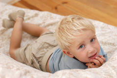 Niño pequeño en el sofá imagen de archivo
