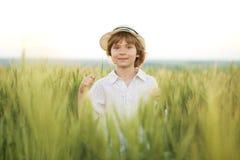 Niño pequeño en el sombrero Imágenes de archivo libres de regalías