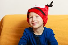 Niño pequeño en el sombrero de la Navidad del sofá que lleva Imágenes de archivo libres de regalías