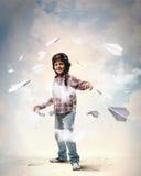 Niño pequeño en el sombrero del piloto fotografía de archivo libre de regalías