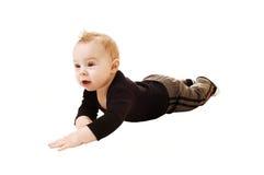 Niño pequeño en el suelo. Fotos de archivo