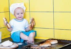 Niño pequeño en el traje del cocinero Imágenes de archivo libres de regalías