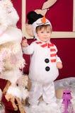 Niño pequeño en el traje del muñeco de nieve dentro imagen de archivo libre de regalías