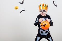 Niño pequeño en esqueletos del traje Fotografía de archivo libre de regalías