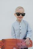 Niño pequeño en gafas de sol de moda Imágenes de archivo libres de regalías