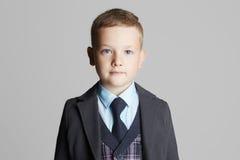 Niño pequeño en juego Retrato del niño de la moda Fotografía de archivo