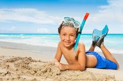 Niño pequeño en la arena tropical de la isla en máscara del equipo de submarinismo Foto de archivo libre de regalías
