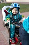 Niño pequeño en la bicicleta del asiento detrás de la madre Imagen de archivo