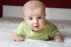 Niño pequeño en la cama Imagenes de archivo