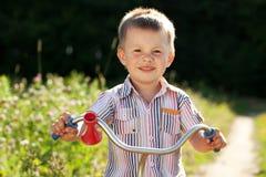 Niño pequeño en la camisa rayada Fotografía de archivo