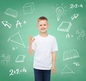 Niño pequeño en la camiseta blanca que hace gesto aceptable Imagen de archivo libre de regalías