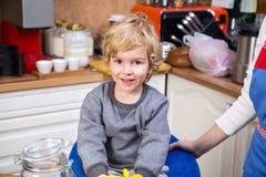 Niño pequeño en la cocina Foto de archivo libre de regalías