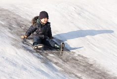Niño pequeño en la colina del hielo Fotografía de archivo libre de regalías