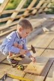 Niño pequeño en la construcción fotografía de archivo