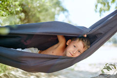 Niño pequeño en la hamaca Fotos de archivo