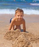 Niño pequeño en la playa Fotografía de archivo libre de regalías