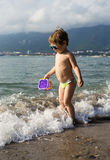 Niño pequeño en la playa del mar Fotos de archivo libres de regalías