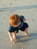 Niño pequeño en la playa solamente 30 foto de archivo