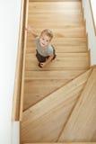 Niño pequeño en las escaleras Fotografía de archivo libre de regalías