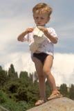 Niño pequeño en las montañas de un fondo (3) Foto de archivo