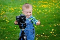 Niño pequeño en los lanzamientos de la cámara imagenes de archivo