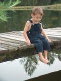 Niño pequeño en muelle Fotografía de archivo libre de regalías