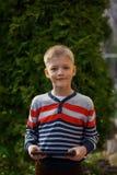 Niño pequeño en naturaleza con la tableta, retrato al aire libre Fotografía de archivo