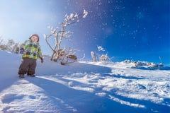 Niño pequeño en nieve Fotografía de archivo libre de regalías