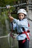Niño pequeño en parque de la aventura fotografía de archivo