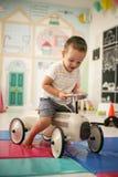 Niño pequeño en patio Fotografía de archivo libre de regalías