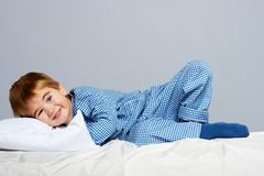 Niño pequeño en pijamas azules Imagenes de archivo