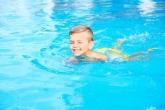 Niño pequeño en piscina foto de archivo libre de regalías