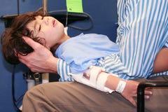 Niño pequeño en sala de urgencias Fotografía de archivo