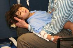 Niño pequeño en sala de urgencias Imagenes de archivo