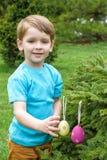 Niño pequeño en tiempo de primavera cerca del árbol del flor Fotografía de archivo