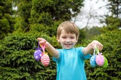 Niño pequeño en tiempo de primavera cerca del árbol del flor Imagen de archivo