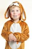 Niño pequeño en traje del conejito con los dientes pintados imagenes de archivo