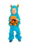 Niño pequeño en traje del monstruo con la calabaza Imagen de archivo libre de regalías