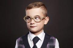 niño pequeño en traje y vidrios Imagenes de archivo