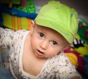 Niño pequeño en un casquillo Imágenes de archivo libres de regalías