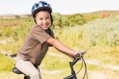Niño pequeño en un paseo de la bici Imagen de archivo libre de regalías